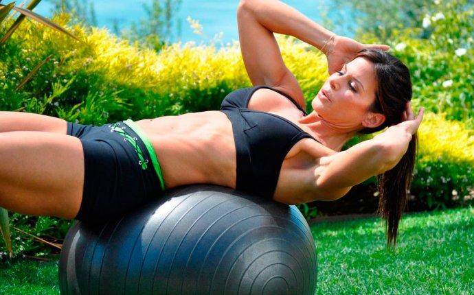 Упражнения на фитболе (гимнастический мяч): на пресс, спину, ноги
