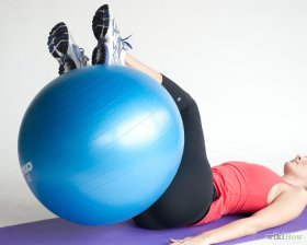 Изображение с названием Do a Reverse Crunch Twist With an Exercise Ball Step 2